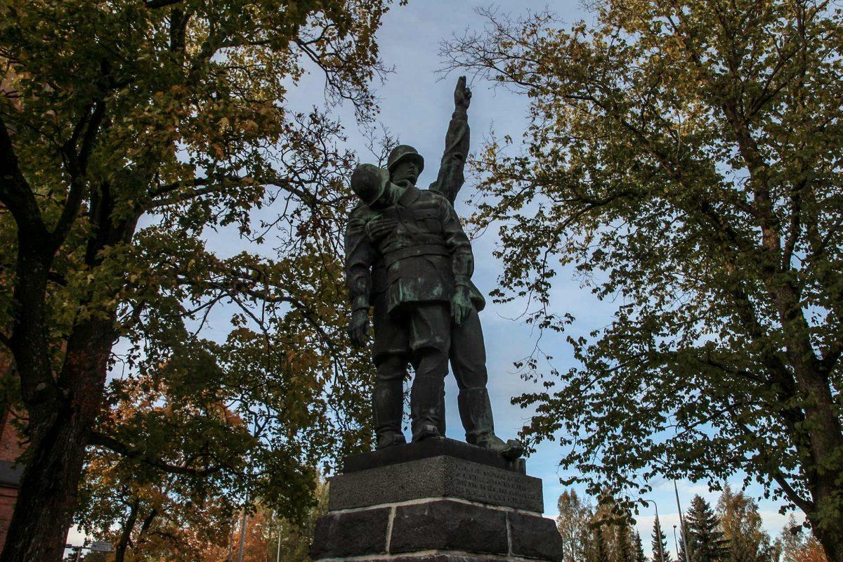 """1939 - 1945 sotien muistomerkki on vuodelta 1940. Muistomerkin etupuolella on teksti: """"Kesken jos kalpamme katkeaa ja kentille jäämmekin kerran, täys´ onni on sen, joka maatansa saa ees palvella hivenen verran """". Taidemaalari Armas Raunio on ollut sotilashahmon mallina."""