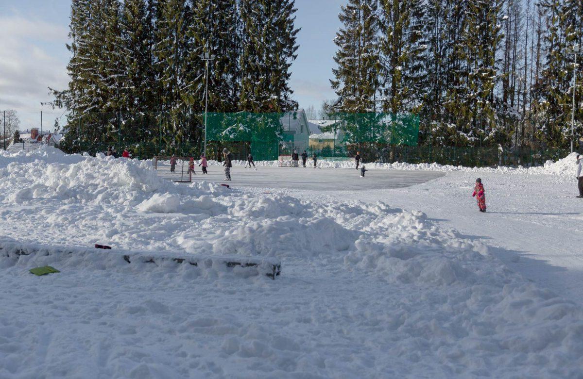 Laskiaissunnuntain 2021 aurinkoinen sää houkutteli myös luistelijoita Messukylän palloilukentän jäälle.