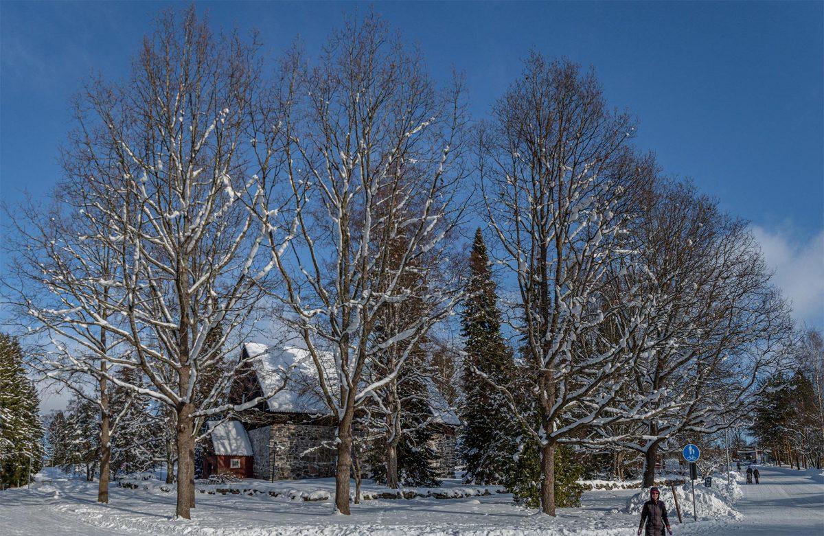 Messukylän kivikirkko lumisessa laskiaispäivän maisemassa