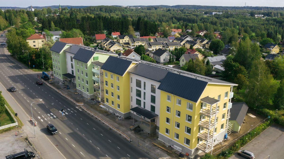 Messykylän Lissu kerrostalo valmistui vuoden 2020 aikana. Ilmakuvassa Lissun takana näkyvät Aakkulan alueen omakoti- ja rivitaloasutukset. Messukylän katu johdattaa katseen Messukylän kirkkoon vasemmassa yläkulmassa.