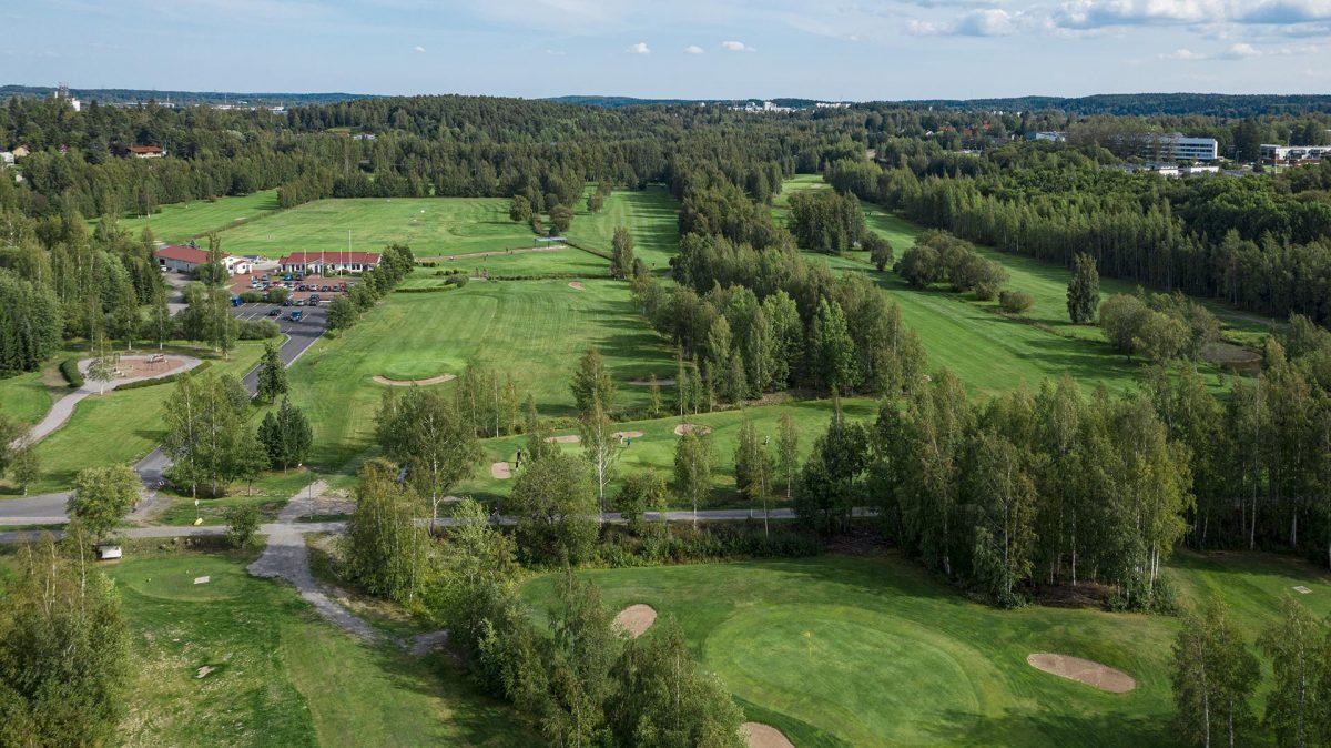 Ilmakuva Messukylän golfkentän viheriöistä.
