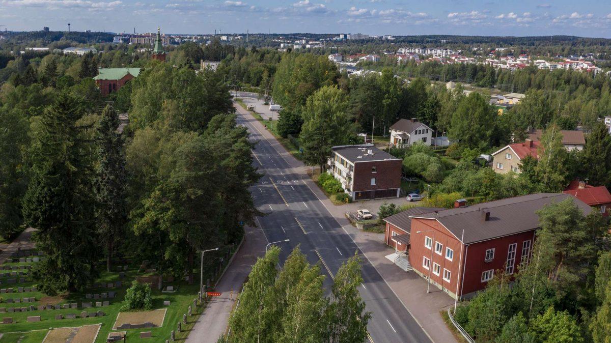 Ilmakuvassa Messukylänkatua Messukylän työväentalon kohdalta. Vasemmassa laidassa Messukylän kirkko.
